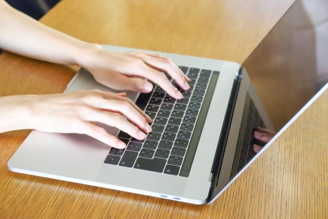macを操作する女性の手