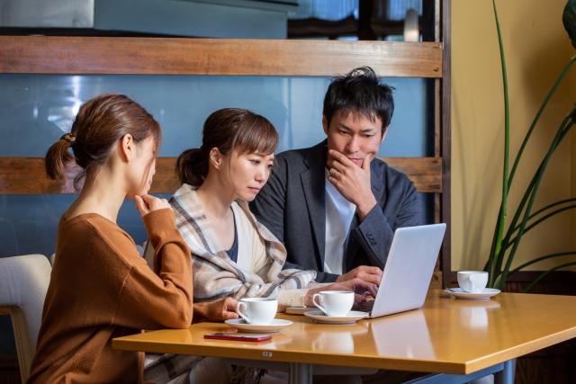 会議する若い3人