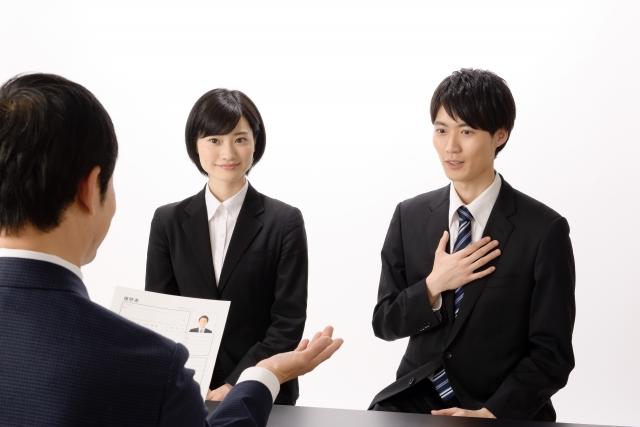 面接で応える若手ビジネスマン
