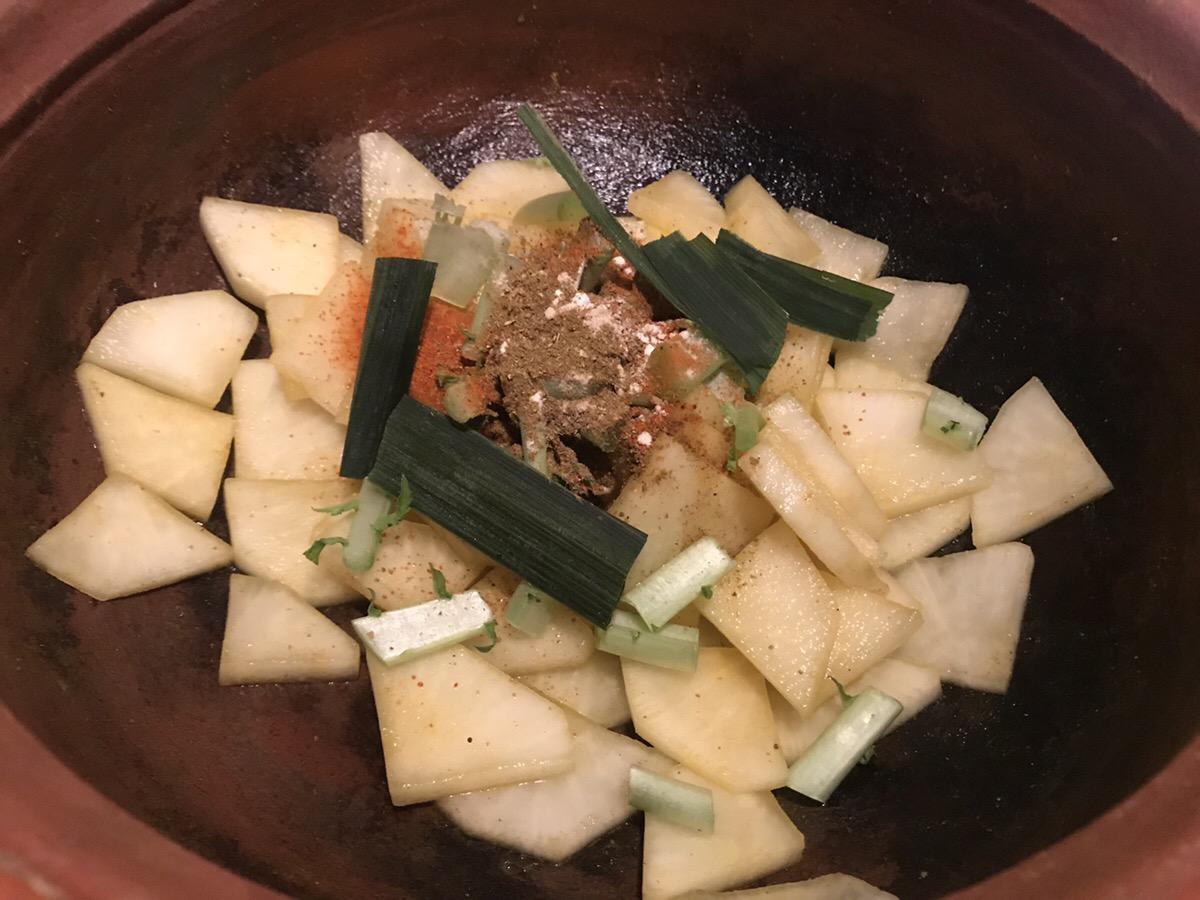 大根とスパイスを鍋に入れる