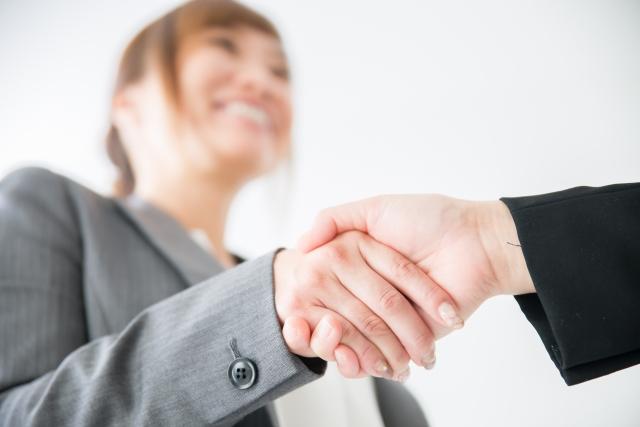 握手をするビジネスウーマン