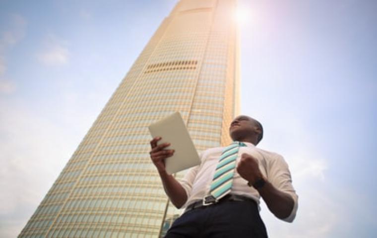 高層ビルと、成功を掴んだビジネスマン