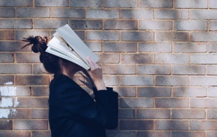 読書が辛い女性の写真