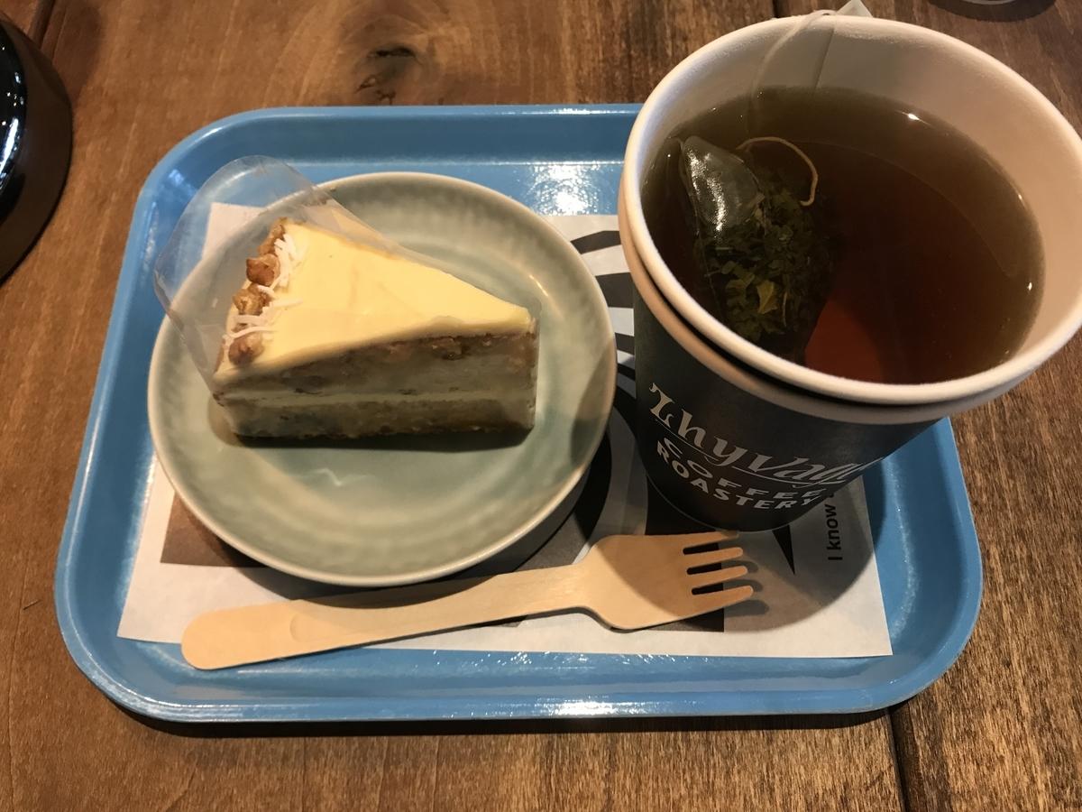 ZHYVAGO COFFEE ROASTERY (ジバゴコーヒーローステリー)キャロットケーキとホットハーブティー