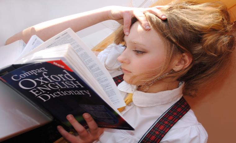なやましげに読書をする女性
