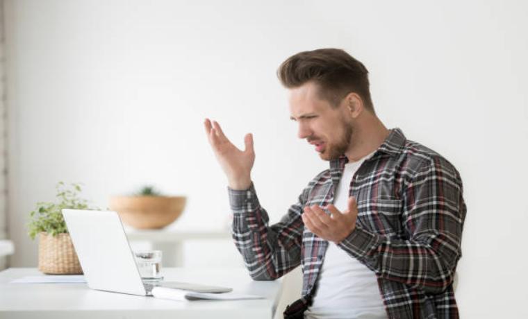 パソコンの前で怒る男性