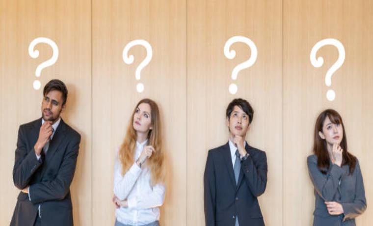 疑問を持つ若手の男性女性社員たち4人