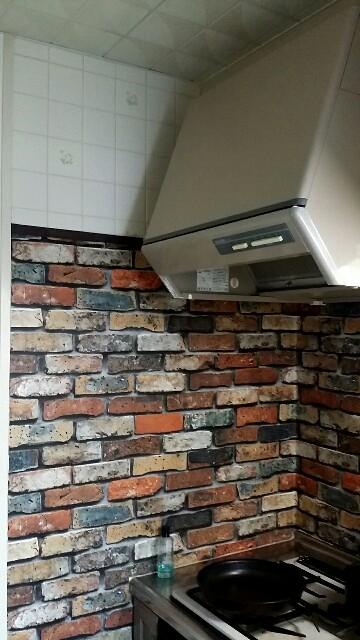 キッチンをレンガの壁紙でリメイク