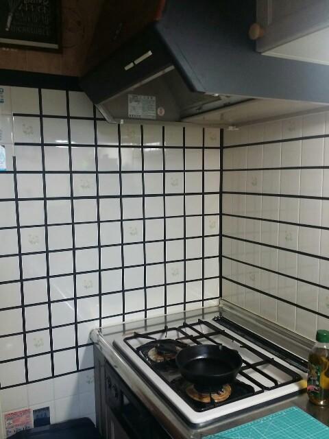 キッチンのタイルに沿って黒のマステを貼ってリメイクする