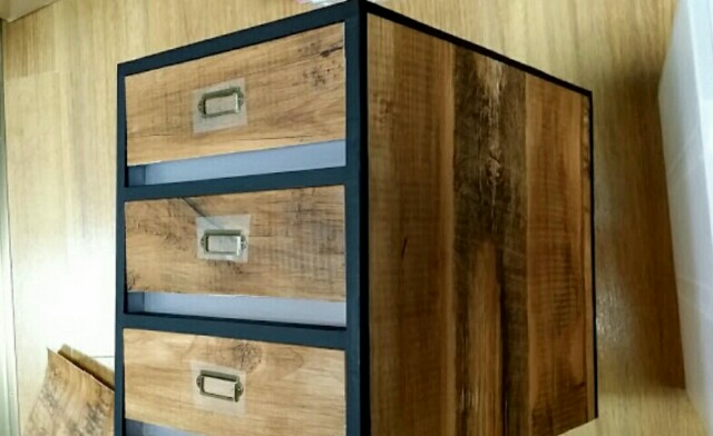 セリアと壁紙屋本舗の木目壁紙で無印良品収納ケースをリメイクdiyする方法