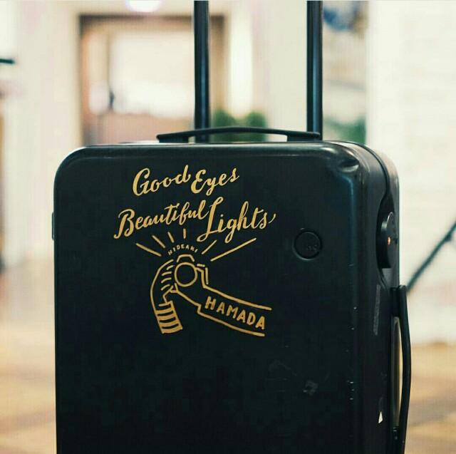 チョークボーイのチョークアートを旅行バッグに書く