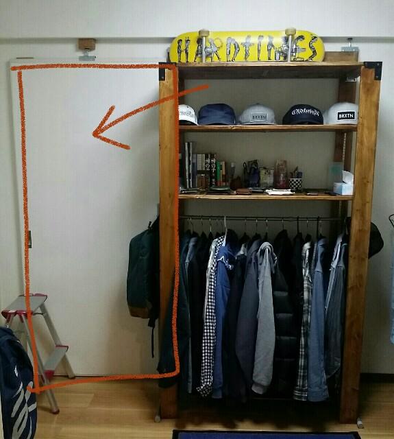DIYした衣類収納棚の横のスペース