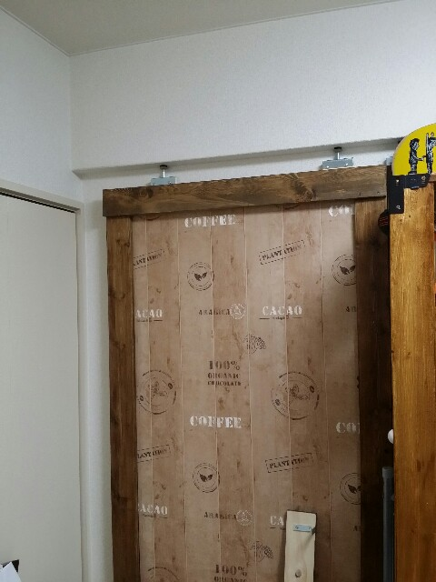 木材で壁面に木枠を組む
