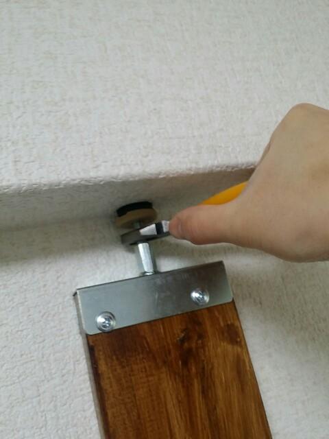 1✕4材用のDIYアジャスター金具の締め方