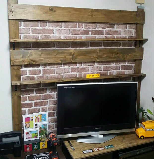 DIYで本棚を作る作業