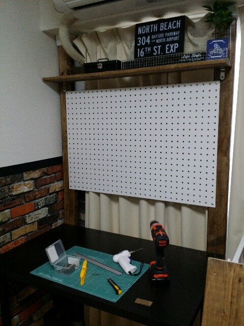 IKEAで購入した机にパンチングボードを取り付ける