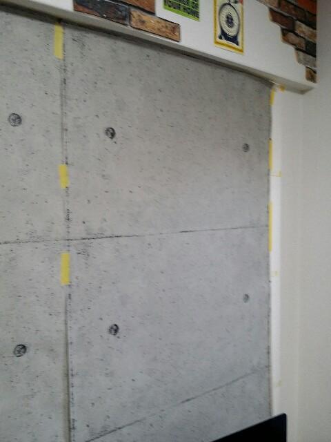 コンクリート壁紙をま両面テープで貼る方法