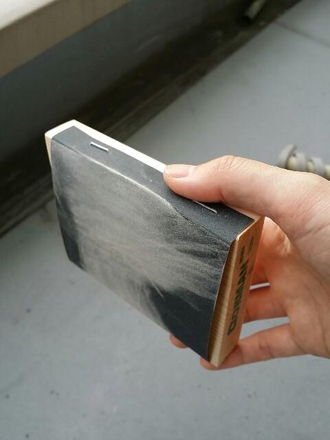 紙やすりを端材にタッカーで貼る