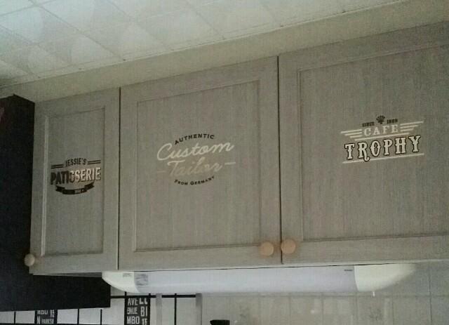 キッチンの扉にサインペインティング