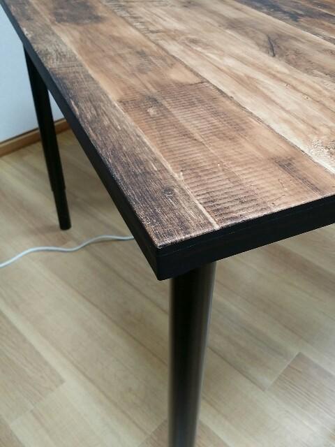 IKEAテーブルに壁紙とマスキングテープ貼る