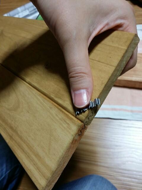 波釘で板を繋げる