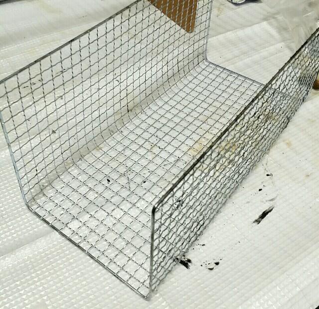 焼き網をコの字に曲げる