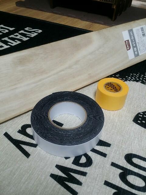 セリアの木の板と両面テープ