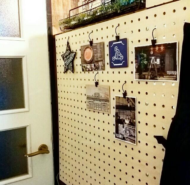 有孔ボードをセリアのカーテンフックで飾る方法