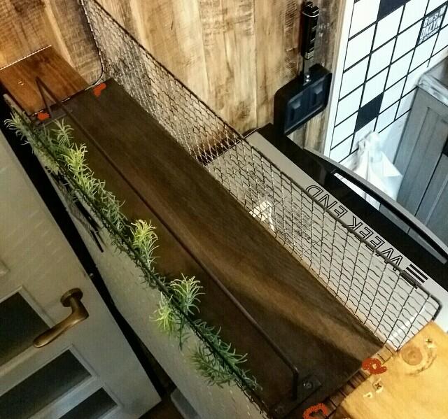 DIYしたキッチンカウンターに取り付けた焼き網リメイク棚
