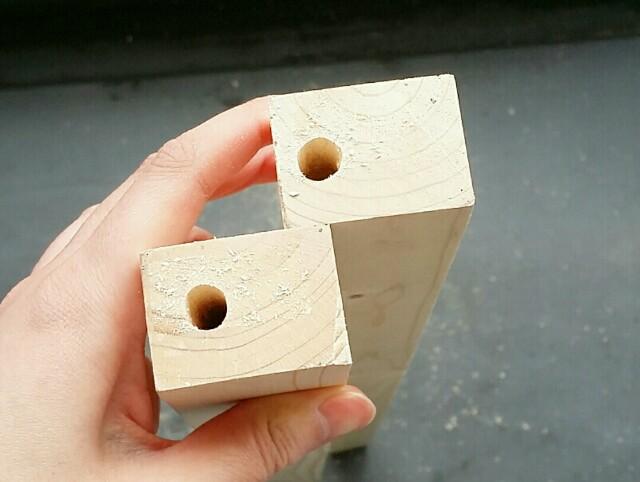 角材にドリルで穴をあける