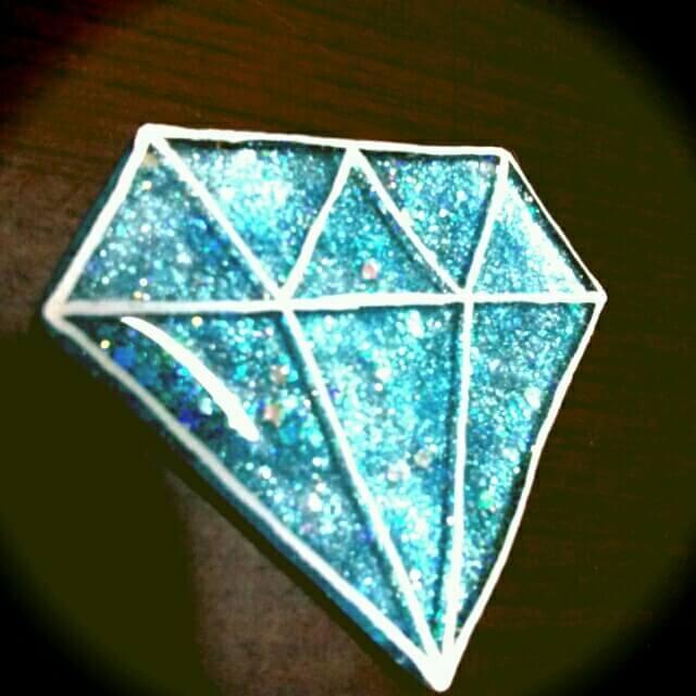 ポスカでダイヤのプラバンブローチ