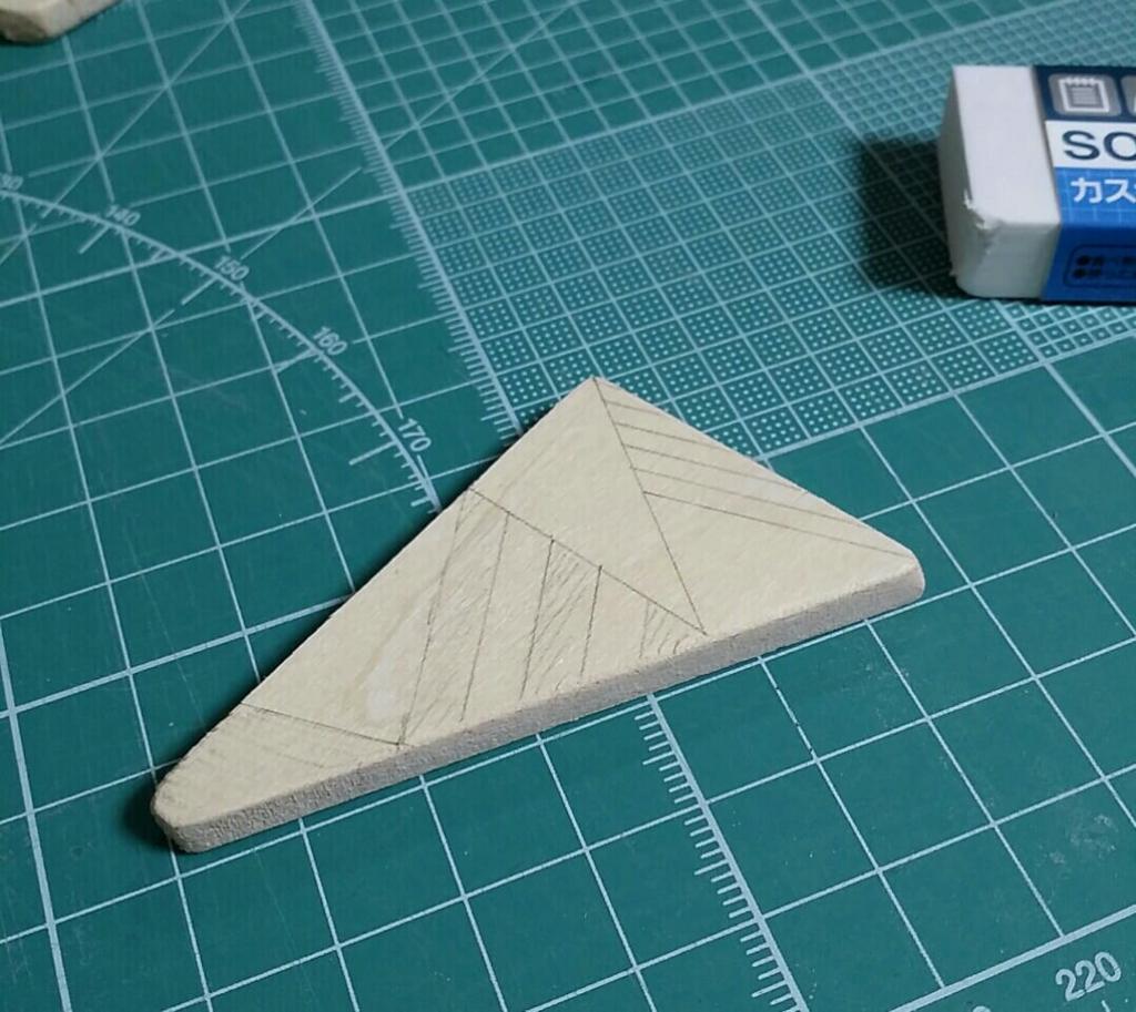 木製ブローチのデザインを下書き