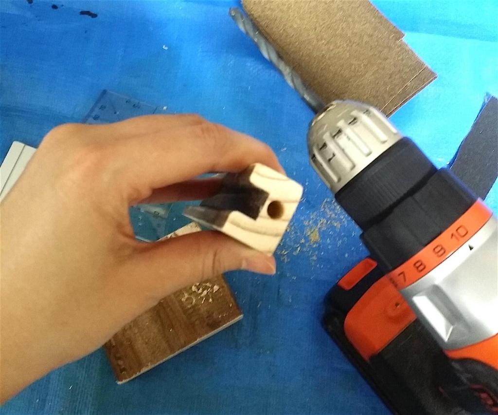 電動ドリルで穴を開ける