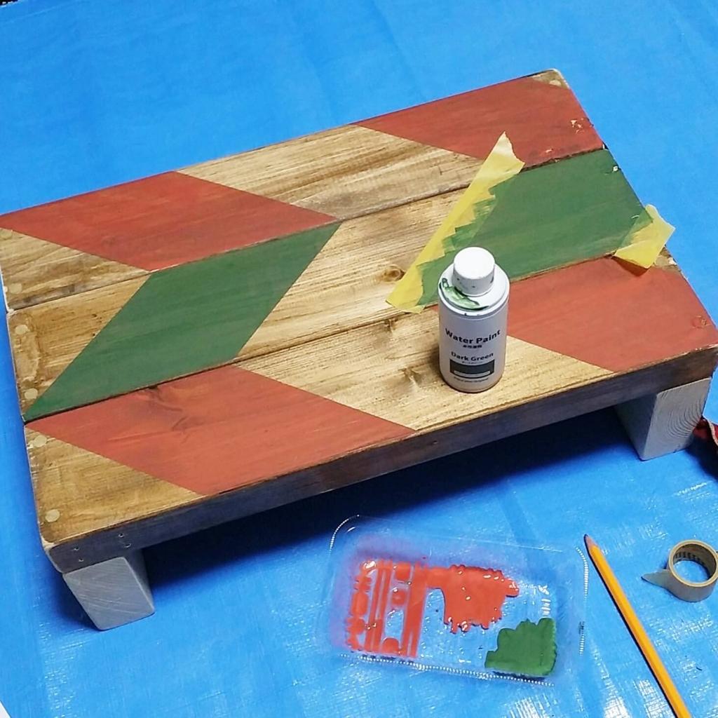 セリアの水性塗料だのダークグリーンでヘリンボーンを作る