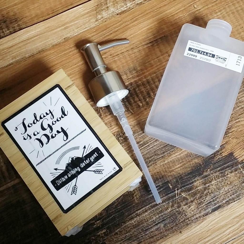 IKEAのソープディスペンサーに手作りのレタリングラベルを貼る