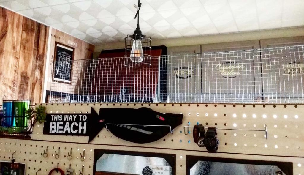 キッチンの有孔ボード収納棚