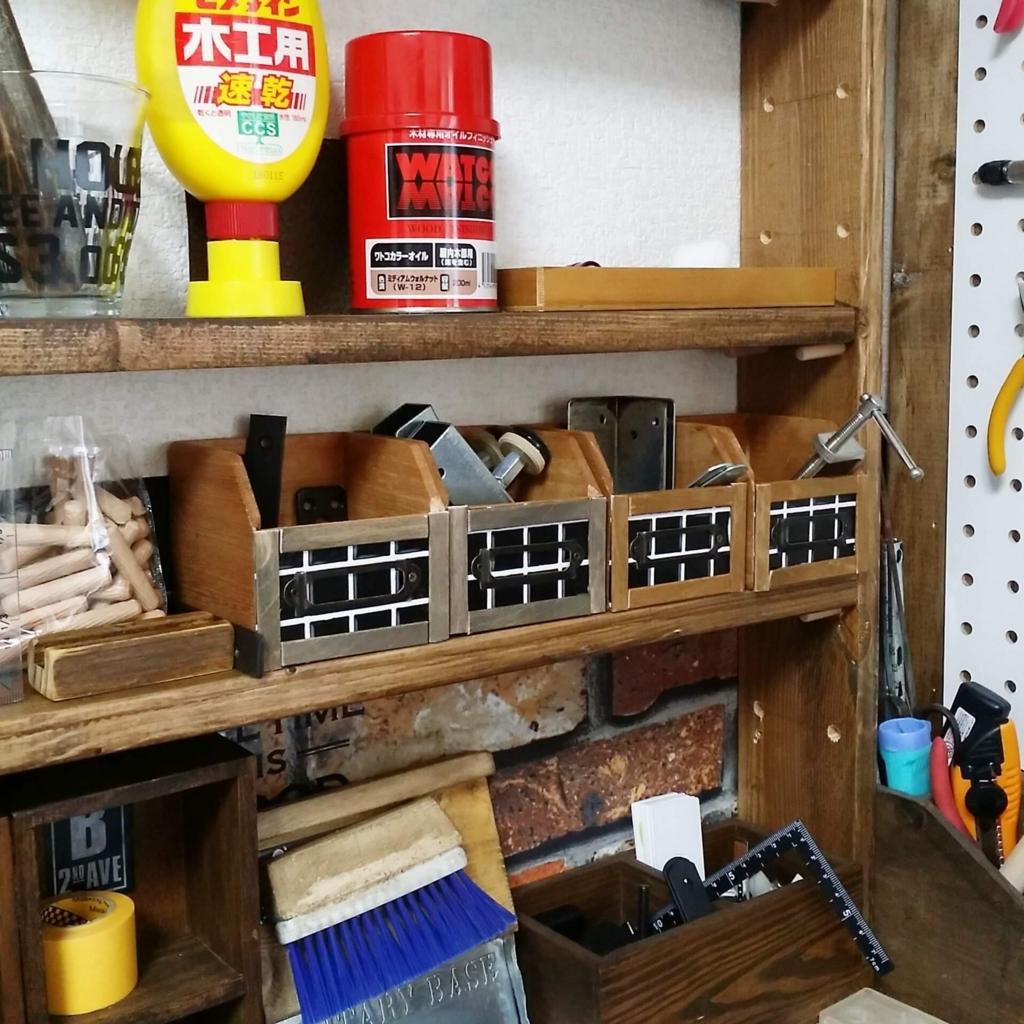 DIYした収納棚にリメイクした100均木箱を並べて収納する