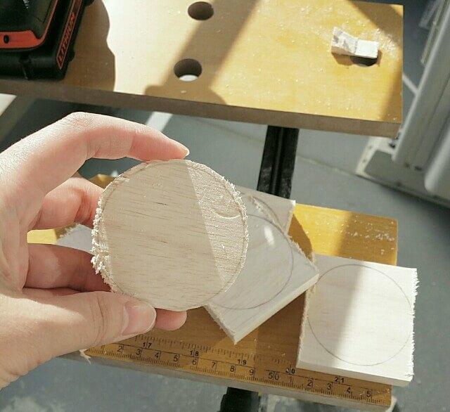 カットした木材を紙やすりで整える