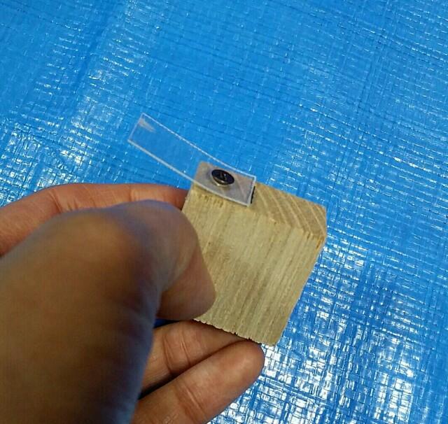 木材とプラバンを固定する