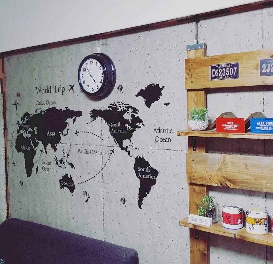 コンクリートの壁紙を貼った部屋