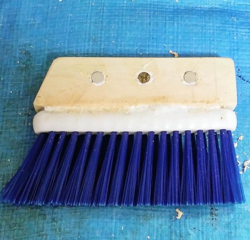 木材と100均の掃除ブラシを木工用ボンドで固定