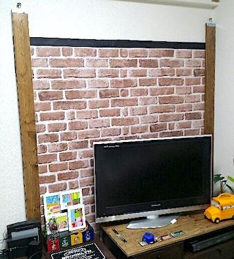 壁にダンボールを立てかける
