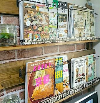 ディアウォールで作った本棚に雑誌をたくさん並べる