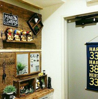 有孔ボードに取り付けた収納棚と飾り棚