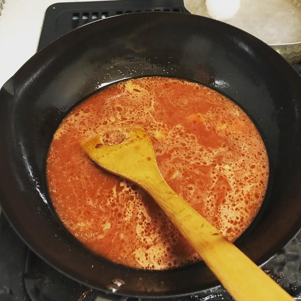 コチュジャン、しょうゆ、唐辛子、化学調味料などを水と合わせたものを鍋にいれた様子