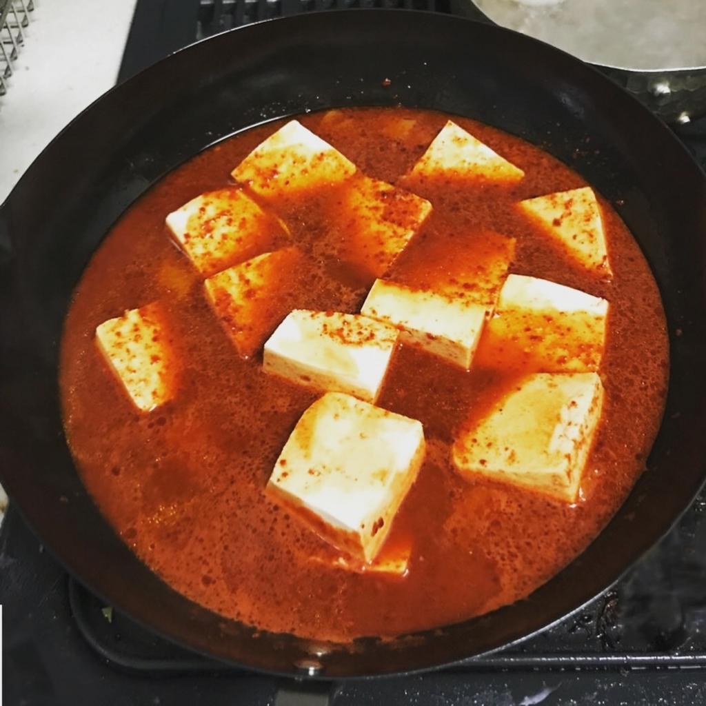 水を切った木綿豆腐を鍋へ入れた様子