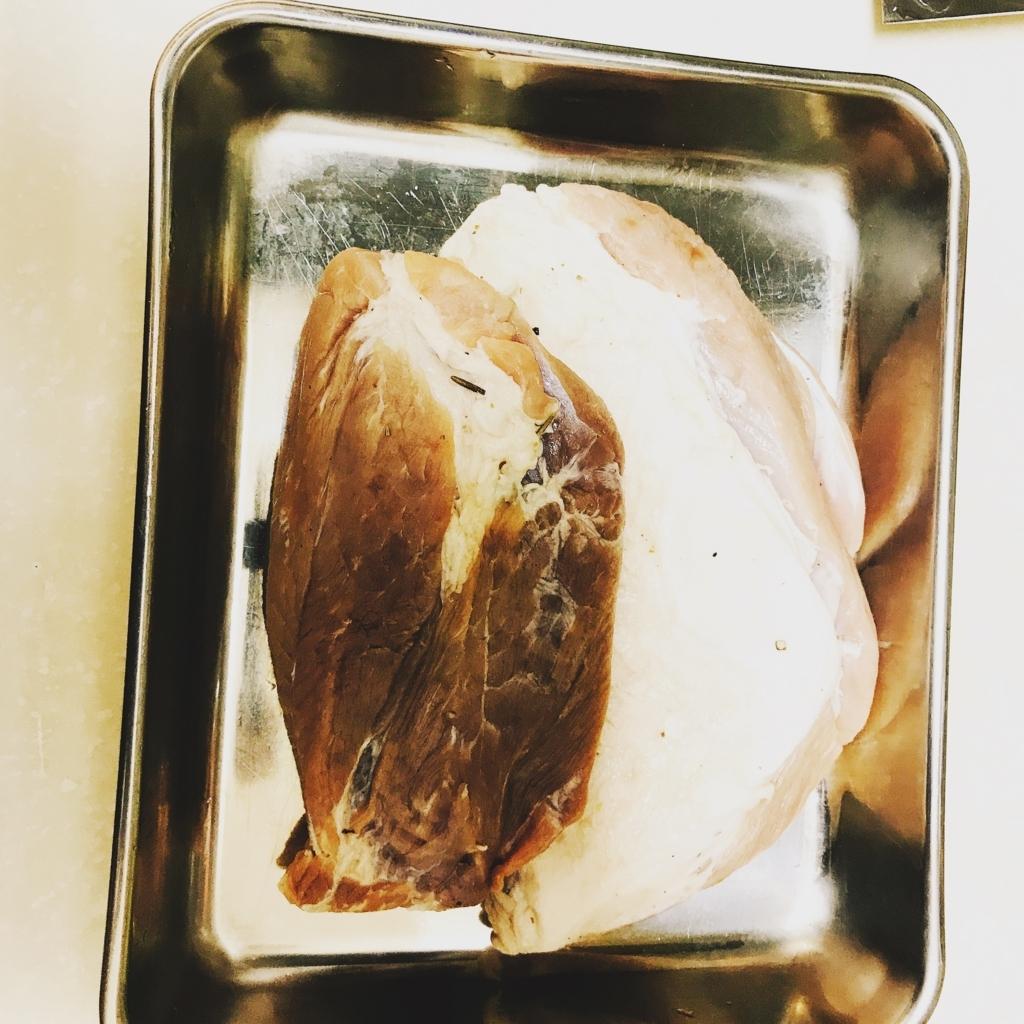生ハムにするため塩漬けにした豚ブロック肉