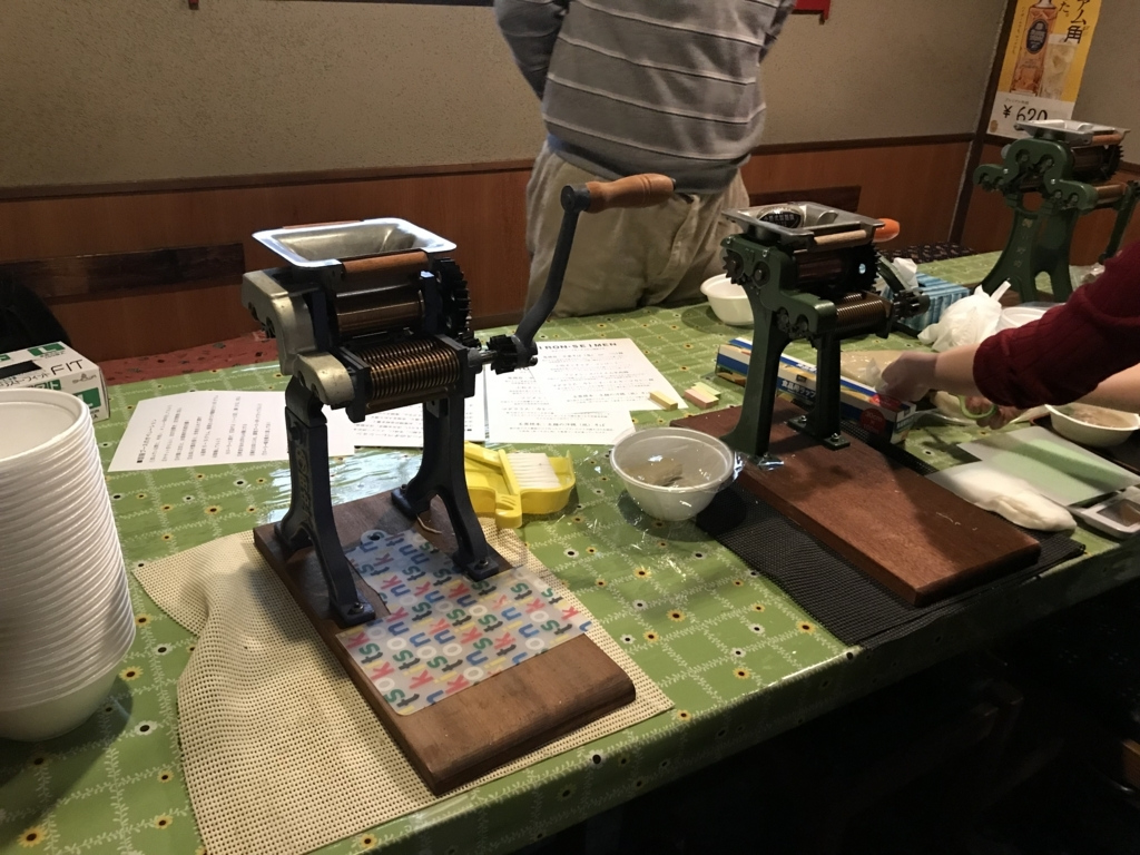 参加者が製麺するためのブース。製麺機が3台並んでいる。