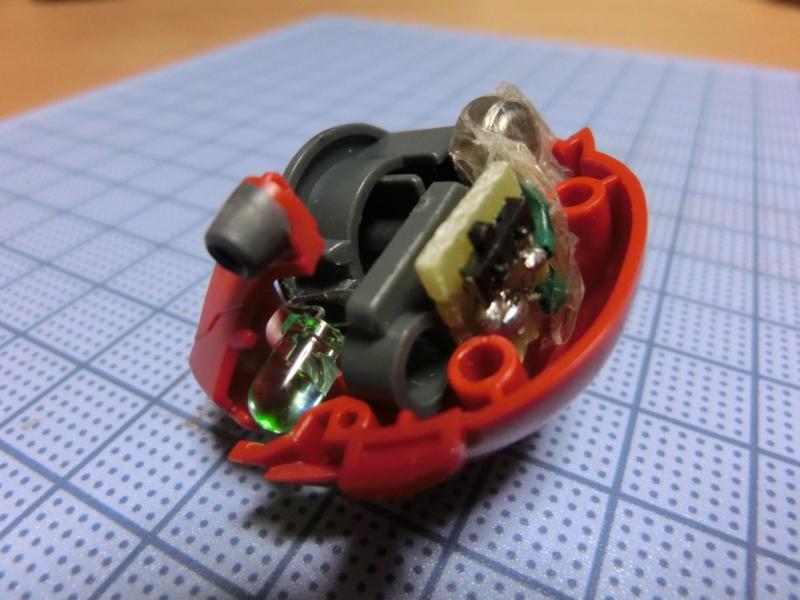 シナンジュの頭部に収まる回路とボタン電池の参考画像2