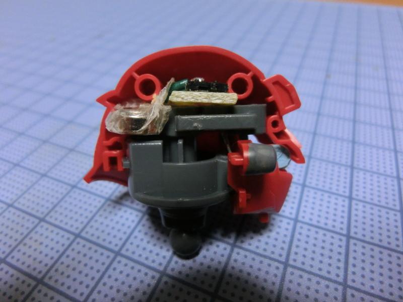 シナンジュの頭部に収まる回路とボタン電池の参考画像1